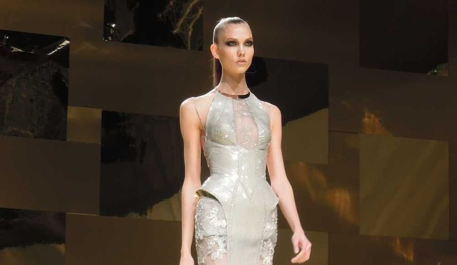 Ce lundi, à Paris, Atelier Versace a présenté sa collection de Haute-Couture Printemps-Été 2012. Donatella Versace a dévoilé des robes sculpturales, majoritairement or et argent, d'une sobriété confirmant l'évolution de son style.