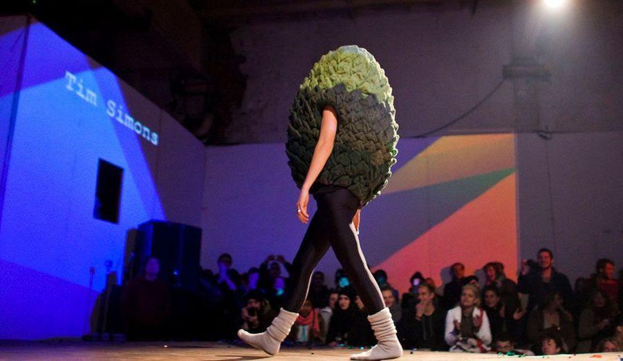 """Une création de Tim Simons présentée lors du festival de mode et arts conceptuels """"Butt and Better"""" organisé à Berlin et considéré comme une alternative au """"Bread and Butter"""". Quatre jours durant, couturiers et designers du monde entier ont présenté leurs créations."""