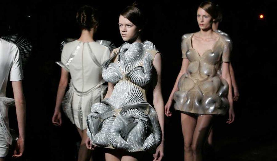 Des mannequins présentent des créations de l'Allemand Iris Van Herpen lors de la semaine de la Haute-Couture printemps-été 2012, à Paris.