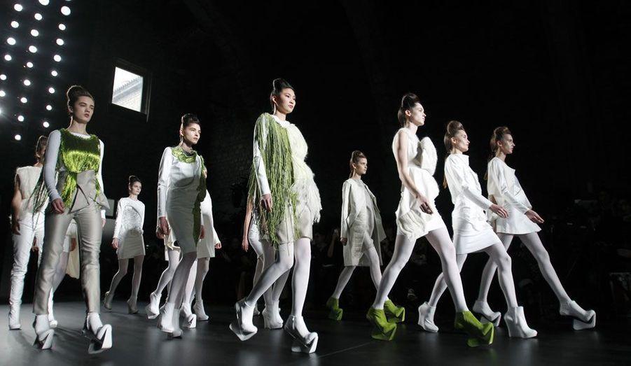 Martinez Lierah présente ses créations épurées lors de son défilé pendant la Fashion Week de Barcelone.