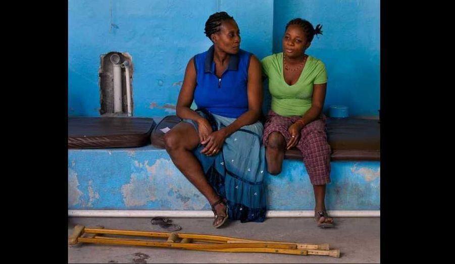 Des patientes amputées à la suite du séisme de janvier 2010 en Haïti attendent une séance de rééducation à un centre géré par Handicap International, à Port-au-Prince.