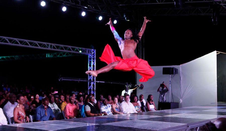 """Le danseur Kriston Trim effectue une performance lors du dernier jour de la """"Fashion Week"""" de l'île de Tobago."""