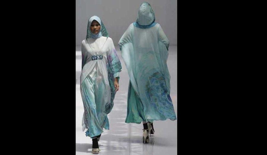 Le designer malais Abdul Kareem présente ses créations batik à l'occasion de la fashion week de Kuala Lumpur.