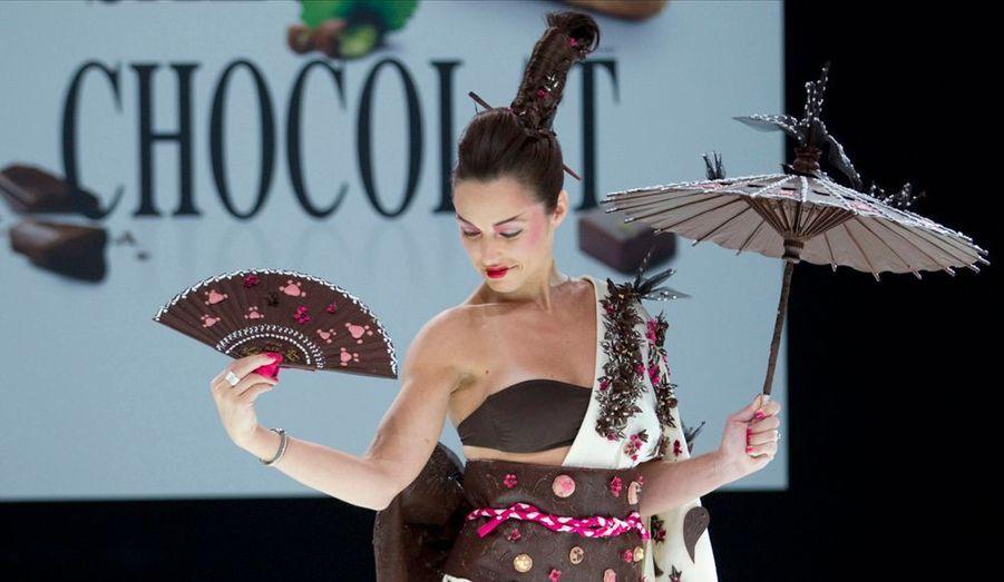 La chanteuse canadienne Natasha Saint Pier porte une création de Karyne Lauhon, Jean Marc Rue et Keiko Orihara lors de l'ouverture du 18e Salon du Chocolat, à Paris.