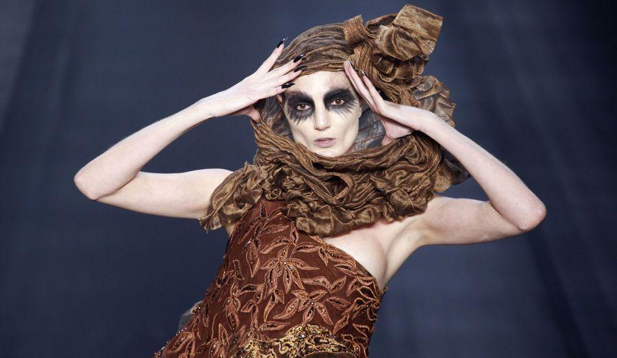 Un modèle présente une création de Lino Villaventura lors du défilé pour la collection automne/hiver 2013, à la Fashion Week de Sao Paulo, au Brésil.