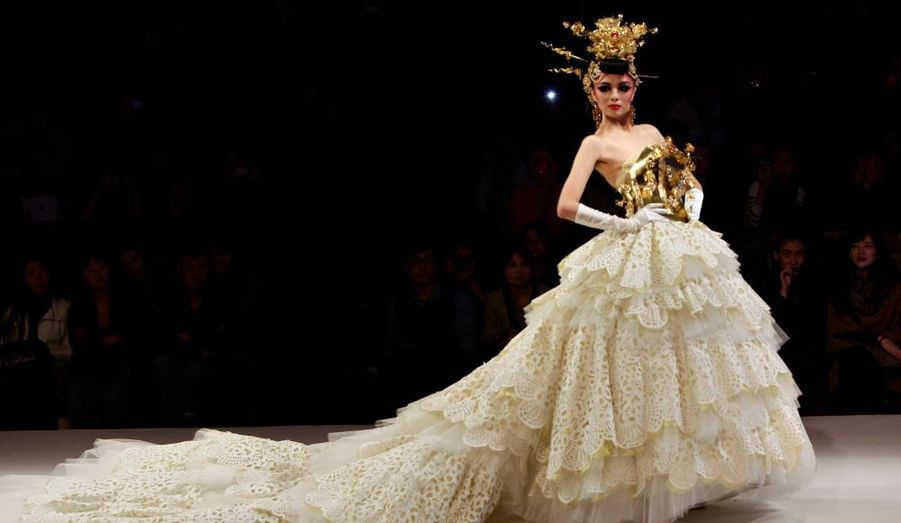 Un mannequin porte une magnifique robe de mariée signée Tsai Meiyue lors de la Fashion Week de Pékin.