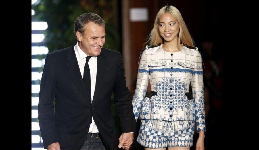 Jean-Charles de Castelbajac défile sur le podium après avoir présenté sa collection prêt-à-porter Printemps-Eté 2013 à Paris.