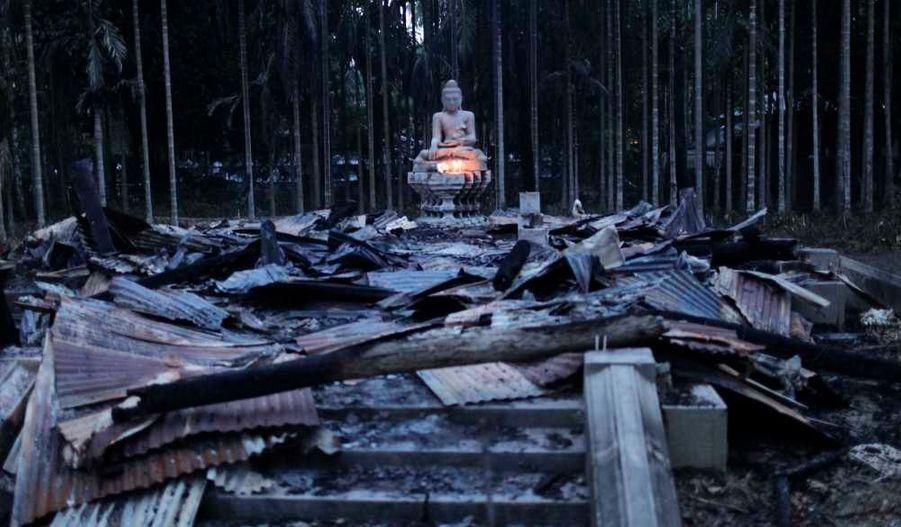 Une sculpture de Bouddha a survécu à l'incendie d'un temple bouddhiste dans Cox Bazar, au Bangladesh. Des milliers de musulmans se révoltent depuis ce week-end dans les régions bouddhistes du pays, mettre ne feu aux temples, monastères et parfois pillent des maisons, après la diffusion d'une photographie jugée blasphématoire sur Facebook.