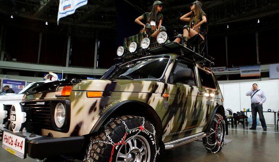 A Saint-Pétersbourg, le constructeur automobile russe Lada a présenté un modèle de son antédiluvien et inoxydable 4x4 Niva paré d'une peinture camouflage et assorti d'accessoires qui permettront à son propriétaire d'arpenter fièrement la taïga.