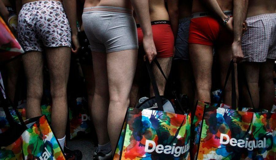 Des hommes en sous-vêtements devant une boutique Desigual à Madrid. A l'occasion des soldes d'hiver, la marque avait décidé d'offrir à ses 100 premiers clients des habits s'ils se présentaient dénudés.