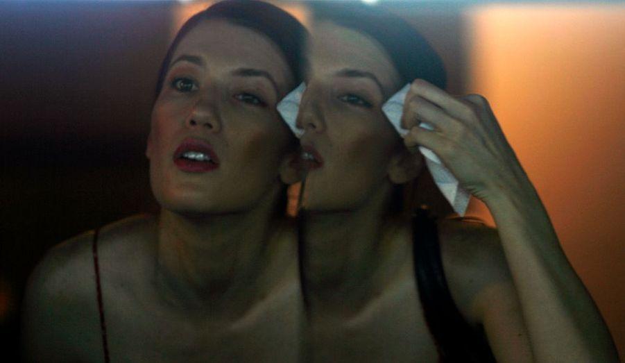 Un mannequin peaufine son maquillage dans les coulisses du défilé Guillen & Bayona, à Bogota, en Colombie.