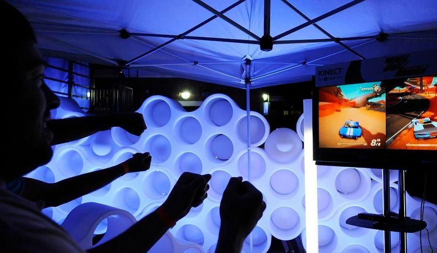 Des invités testent le nouveau système Kinect présenté lors du showcase Xbox 360 à Los Angeles. Ce nouvel outil détecte les mouvements du corps et permet de jouer sans manette. Sa sortie est prévue en novembre.