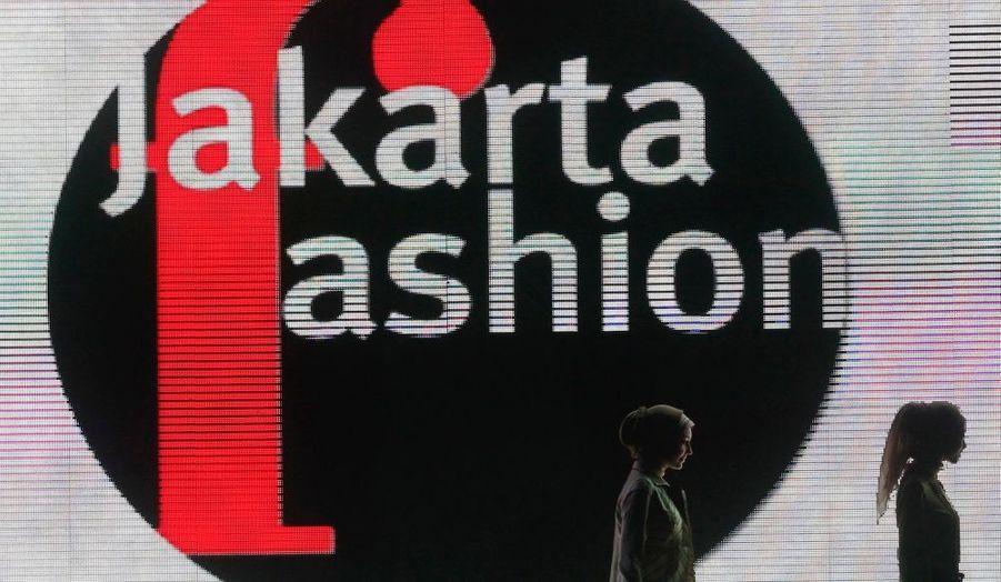 Des mannequins présentent les créations du styliste Shafira à l'occasion de la Fashion Week de Jakarta.