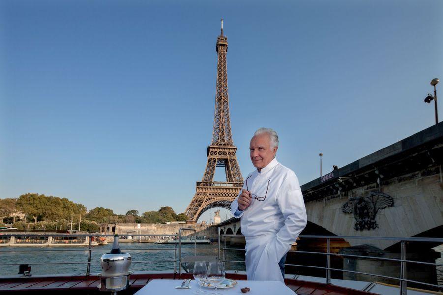 Baptisé « Ducasse sur Seine », le navire a nécessité plus de 100 000 heures de travail et un coût de 11 millions d'euros. Les 10 tonnes de batterie, embarquées à l'avant et à l'arrière, permettent de naviguer deux heures, en silence et sans pollution.