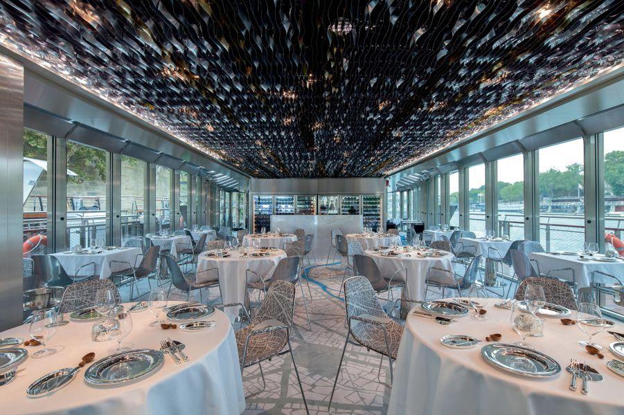 Inspiré de la Seine et des mouvements de l'eau, le décor intérieur a été imaginé par le couturier Maurizio Galante et le designer Tal Lancman.