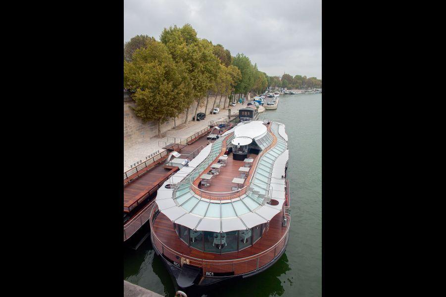 Amarré au port Debilly, le premier bateau-restaurant parisien 100 % électrique a été conçu par Ducasse Paris, en association avec Citysurfing et la Caisse des dépôts.