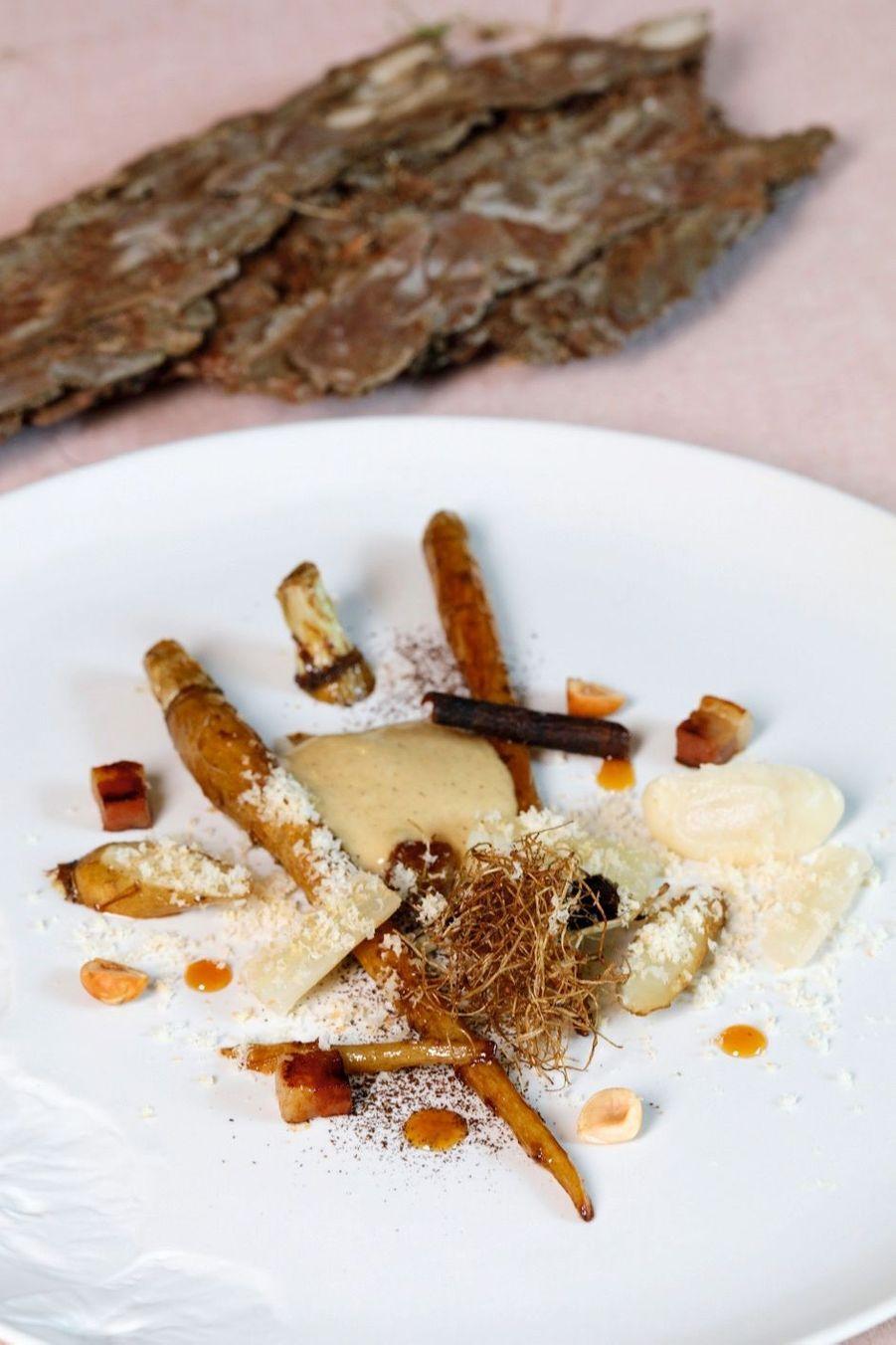Une entrée sauvage de l'univers végétal d'Anne-Sophie : salsifis rôtis déglacés à la bière et au miel de thym, avec un sabayon de sobacha et truffe blanche du Piémont… Tout sauf une cuisine manucurée !