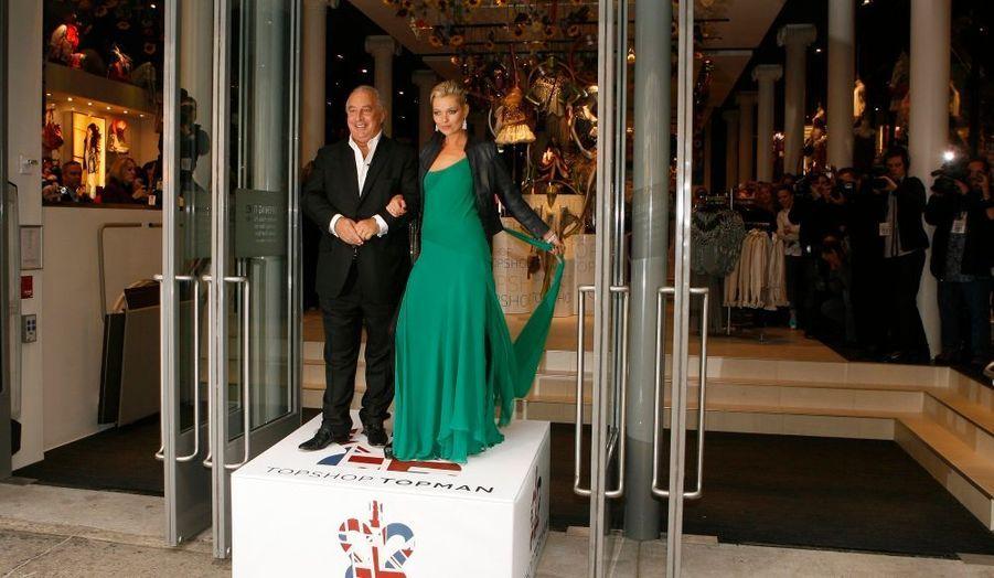Kate Moss aime être avant-gardiste, et pas uniquement en matière de mode. Selon le Daily Mirror, la brindille s'apprêterait en effet à publier… un livre de cuisine ! « Kate Moss est ravie à l'idée d'être la première top-modèle à sortir un livre de cuisine », a confié une source au quotidien britannique. Mais même ce projet original n'est pas sans rapport avec le monde de la mode : l'ex-top se serait en effet inspiré de la belle-fille de son ami et patron de Top Shop Sir Philip Green –pour qui elle dessine des collections- qui serait elle-même en passe de publier un guide culinaire, spécialisé pour sa part dans la cuisine juive.