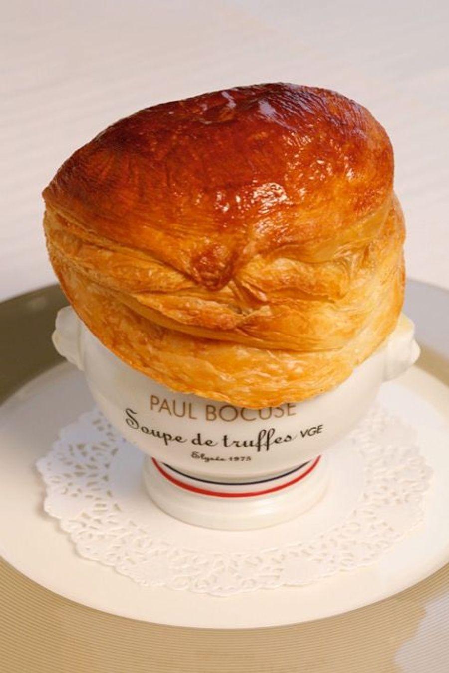 Créée en 1975 pour la remise de la Légion d'honneur à Paul Bocuse à l'Elysée par Valéry Giscard d'Estaing, la soupe aux truffes VGE appartient au patrimoine.