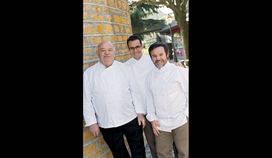 César Troisgros entre son père Michel (à dr.), avec qui il cuisine désormais, et son grand-père Pierre (à g.). Relais & Châteaux Maison Troisgros, Roanne.