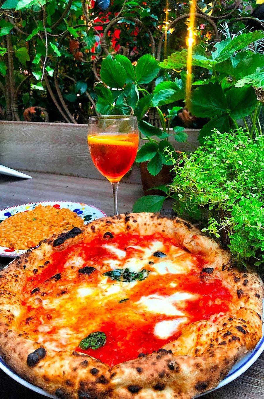 Pizza, risotto et spritz sur la terrasse.