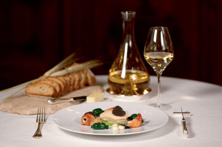 Poularde de Bresse en vessie, avec suprêmes cuits au vin jaune et cuisses cuites au bouillon de truffe noire, écrevisses, bonbons d'abats et truffe noire, poireaux et pommes de terre.