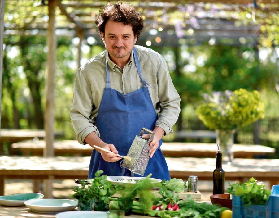 Le chef en train de râper son chou-fleur nouveau pour son fameux taboulé à l'huile d'olive de Gratte-Semelle.