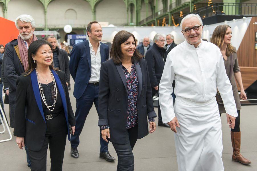 Anne Hidalgo et Alain Ducasse dans les allées de Taste of Paris.