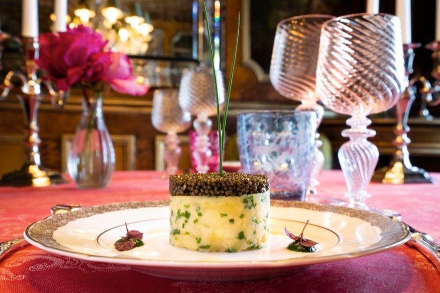 Au menu : charlotte de pommes de terre de Noirmoutier, caviar Lapérouse gros grains et sa crème aigrelette de citron.