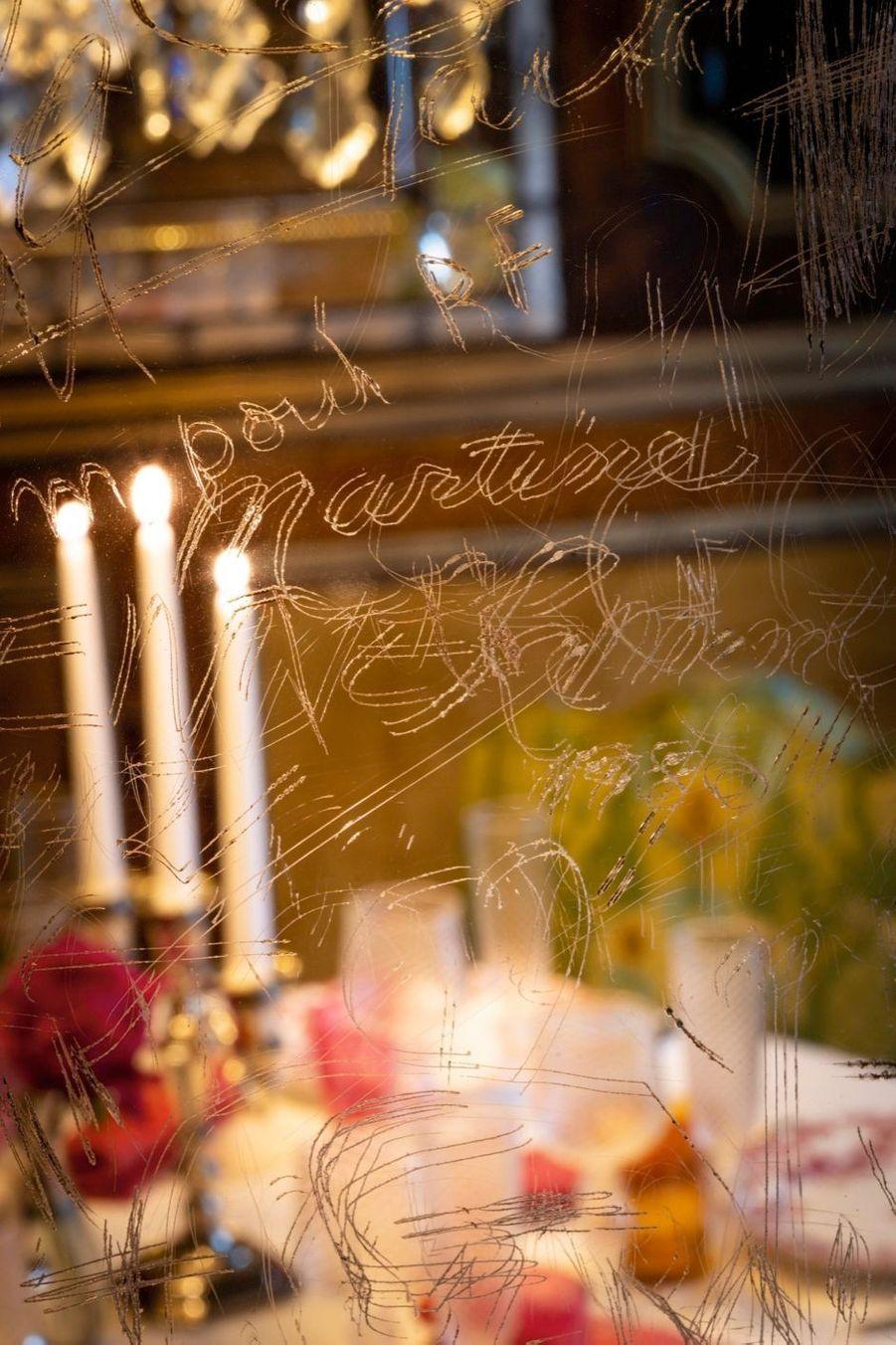 Serments de cristal, les prénoms et les cœurs gravés sur les miroirs témoignent des passions amoureuses.