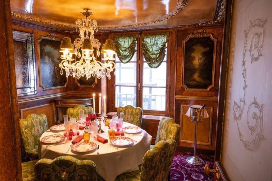 Salon Victor Hugo. L'auteur de « Notre-Dame de Paris » venait y dîner chaque mois avec sa famille, en toute intimité.