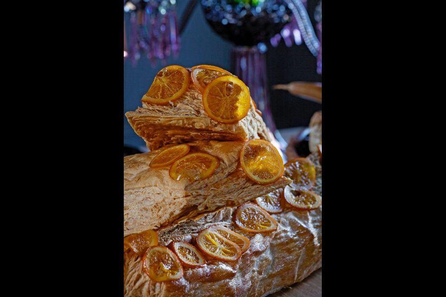 Une merveille de légèreté et de grâce, le bon goût de beurre frais du feuilletage épousant celui des agrumes. Pour un accord envoûtant, on pourra servir ce dessert avec un vin demi-sec de Montlouis-sur-Loire du domaine de La Grange Tiphaine aux jolies notes de pomme compotée et de miel (25 euros la bouteille).INGRÉDIENTS 1 orange 1 cédrat 5 kumquats 2 clémentines 1 pamplemousse sucre eau 1 bande de feuilletage achetée chez votre boulangerPRÉPARATION Laver et couper les agrumes en fines lamelles. Dans une sauteuse, préparer un sirop avec de l'eau et du sucre. Ajouter les lamelles au fond. Faire cuire jusqu'à obtenir un fruit brillant et confit. Garder le sirop caramélisé. Cuire le feuilletage dans un four à 160 °C pendant 1h30. Parsemer de sucre glace 10 minutes avant la fin pour obtenir un joli caramel. Couper le feuilletage en trois, puis dresser la bûche comme un millefeuille en ajoutant les fruits confits au milieu. Ajouter le sirop autour du dessert.