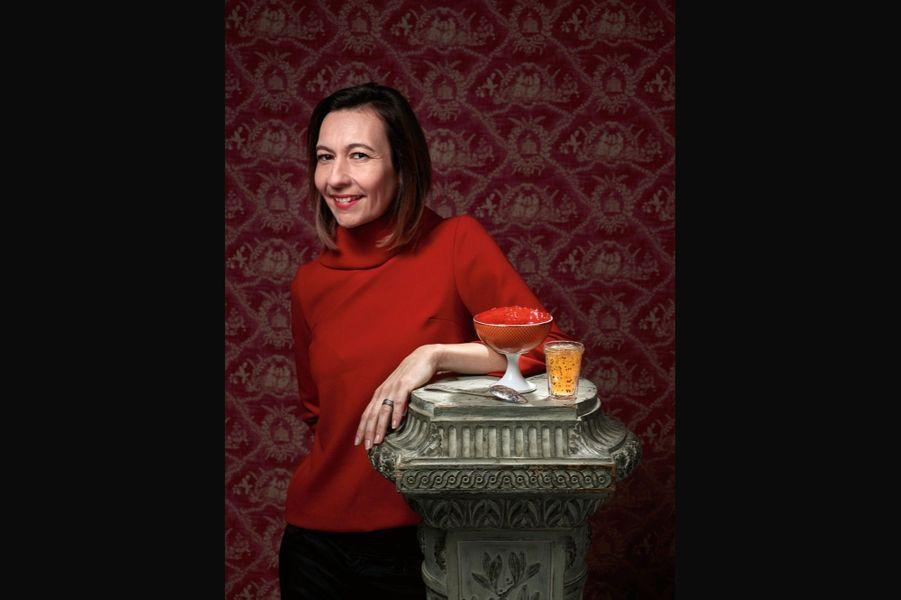 Anne Dutriez, la fée de la confiture de groseilles: Alfred Hitchcock en consommait un pot chaque jour au petit déjeuner ! Faire de la gelée de groseille n'est pas difficile car on n'emploie que le jus du fruit. Mais faire de la confiture avec des groseilles entières est une autre histoire, car les pépins la rendent immangeable… Celle de Bar-le-Duc, en Lorraine, est un mythe. Depuis 1344, ce village perpétue une tradition locale : la confiture de groseilles (de la région uniquement, et fraîches !) épépinées à la plume d'oie… Chaque baie est détachée de sa grappe avec des ciseaux,puis, tenue entre le pouce et l'index, épépinée avec une plume taillée en biseau… Le but étant de n'abîmer ni la peau ni la pulpe. Un travail inouï, que seules quatre femmes sont aujourd'hui capables d'accomplir (alors qu'on comptait 40 épépineuses en 1974). Une experte peut traiter 1 kilo de groseilles en une heure, alors qu'il en faudra quinze pour une débutante… La confiture rouge fera merveille sur une glace vanille, pendant que la blanche accompagnera sublimement un foie gras poêlé. groseille.com.(Anne : haut Cop. Copine. Coupe « Trésor », Mariela Schwarz-Montiel pour Raynaud et cuillère Marcel Wanders pour Christofle.)