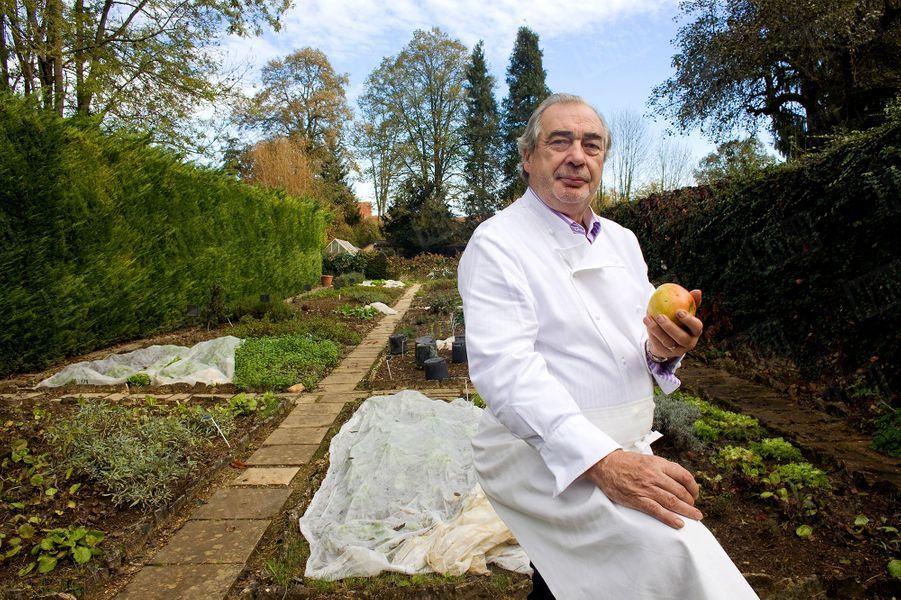 Marc Meneau devant son potager de légumes anciens, en 2011.