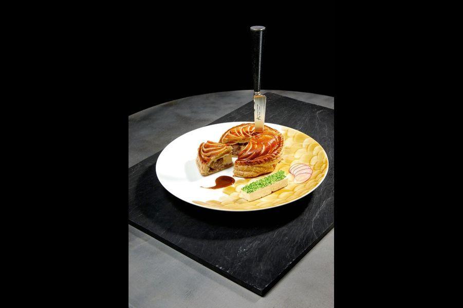 Petite tourte de colvert, foie gras et baies de genièvrePrélever les chairs d'un canard colvert. Tailler les filets en petits dés. Dénerver la chair des cuisses afin de la hacher avec la même quantité de poitrine demi-sel cuite. Tailler 120 g de foie gras mi-cuit en petits cubes. Ecraser une échalote confite avec une cuillerée à café de raifort. Ciseler un peu de citron confit. Composer la mêlée en ajoutant du poivre noir mignonnette, généreusement du genièvre pilé, la pointe de sel, en tenant compte de la poitrine, et un verre de gin (8 cl). Répartir sur quatre abaisses de feuilletage rondes, couvrir sous forme de petite tourte avec un peu de dorure d'oeuf. Cuire 35 minutes au four à 180 °C. Servir accompagné d'un jus corsé (réalisé avec un petit fonçage, les os de la carcasse et une bonne giclée de gin) et escorté d'une belle cuillerée de purée de céleri au raifort. Assiette Ecaille peinte à la main, Marie Daâge.