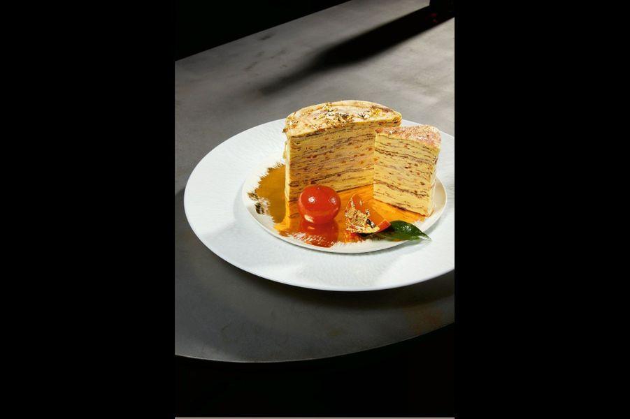 Millefeuille de crêpes Suzette, crème légère de mandarines confitesMélanger une fine brunoise de mandarines confites dans une crème pâtissière parfumée à la liqueur de Mandarine Napoléon, le tout allégé pour un tiers de crème fouettée. Tartiner les crêpes de cette crème parfumée, les mettre en couches et les emprisonner dans un cercle afin d'obtenir un beau gâteau haut et rond dans lequel il sera facile de trancher des quartiers après refroidissement. Assiette de présentation Mineral, Raynaud. Assiette plate Oro fond or, Bertozzi chez Cleo & Co.