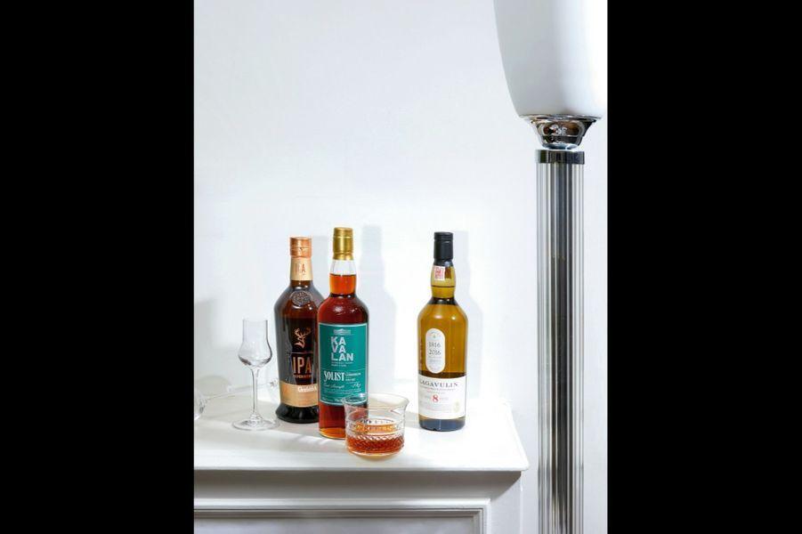 A g. Glenfiddich Ipa ExperimentVieilli dans des fûts de bière artisanale, ce single malt « expérimental » est imprégné de notes d'agrumes et de senteurs florales, le tout rehaussé d'une saveur de houblon fraîchement coupé. Parfait pour relever un lapin mijoté à la bière ou pour flamber des gambas à la plancha ! (55 euros). Verres sur pied Riedel Veritas et Spirits, Riedel.A d. Lagavulin 8 ans d'âge édition limitée Produit sur l'île écossaise d'Islay, ce single malt boisé aux notes de chocolat au lait et de citron est finement tourbé et iodé : le bon partenaire pour la recette de persillé de saumon et de raie du chef Alain Dutournier. (78 euros).