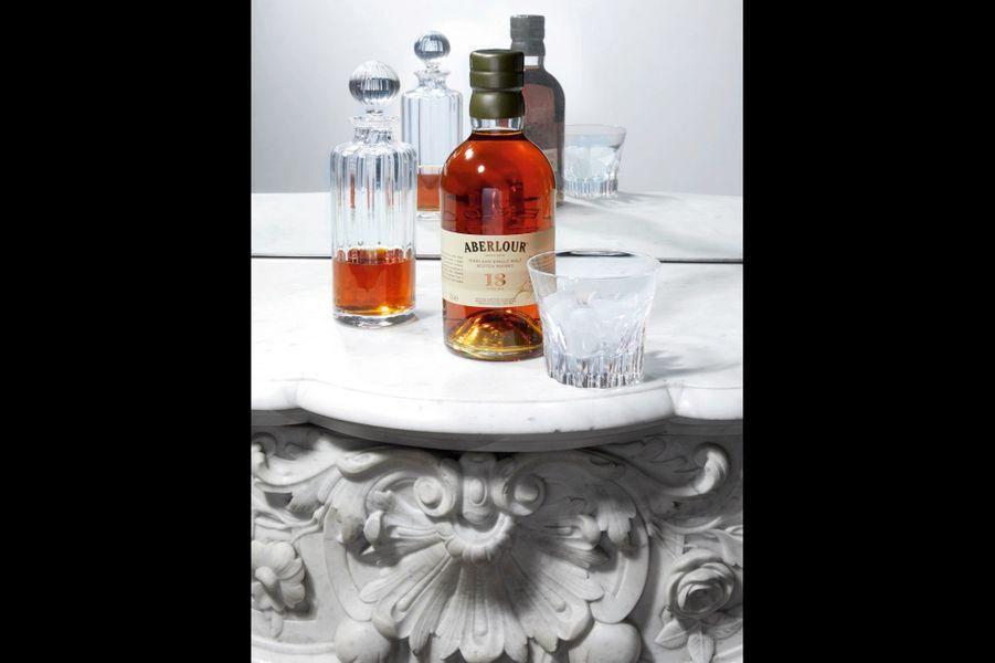 Whisky Aberlour 18 ans d'âge Cette distillerie de légende est située en Ecosse, dans une région réputée pour la pureté de ses eaux. Tous ses whiskys ont été vieillis dans des fûts de sherry et de bourbon. Le 18 ans arbore une jolie robe ambrée et dévoile en fin de bouche des notes de miel, d'écorce d'orange et de crème brûlée : de quoi sublimer l'irish-coffee du samedi soir ! (80 euros). Carafe ancienne. Gobelet Everyday, Baccarat.