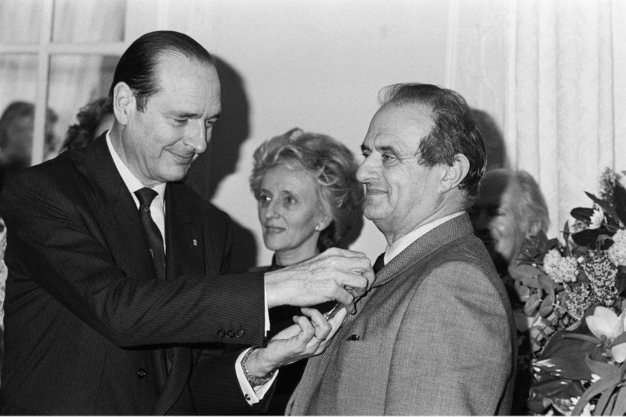 Jacques Chirac remet la Légion d'honneur au chef Paul Bocuse, en février 1987.