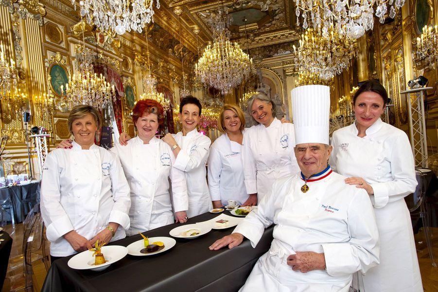 Le chef Paul Bocuse, entouré de Luiza Valazza, Annie Féolde, Carme Ruscalleda, Léa Linster, seule femme «Bocuse d'or», Nadia Santini et Anne-Sophie Pic, en janvier 2011.
