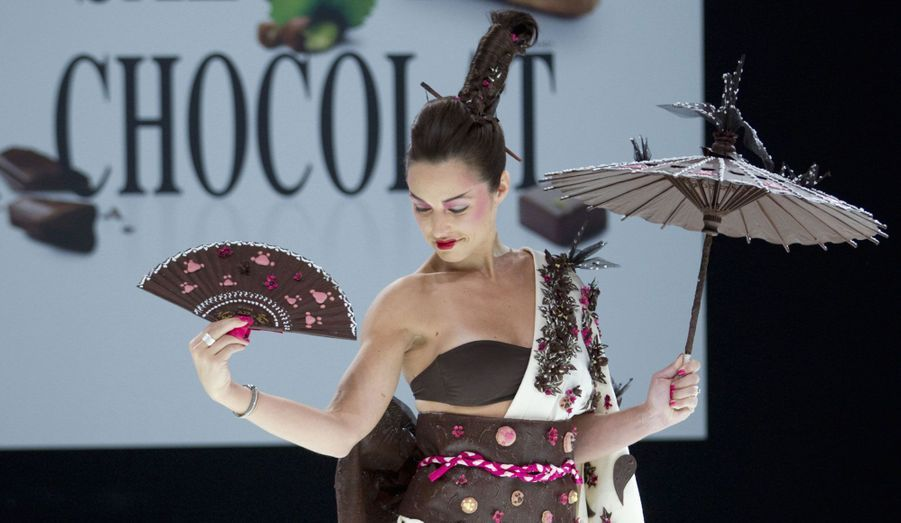 Natasha Saint Pier a représenté l'Asie dans son kimono créé par Karyne Lauhon, Jean-Marc Rué et Keiko Orihara, pour Monsieur Chocolat.