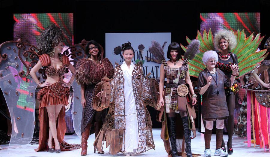L'actrice sud-coréenne Kim Yoo Jung est spécialement venue à Paris pour le défilé du Salon du Chocolat qui a mis son pays à l'honneur. A ses côtés, de gauche à droite: Cécile Belin, Audrey Pulvar, Erika Moulet, Lucienne et Alexandra Rosenfeld. Les coiffures des mannequins d'un soir ont été réalisées par Franck Provost et le maquillage par L'Atelier Maquillage.
