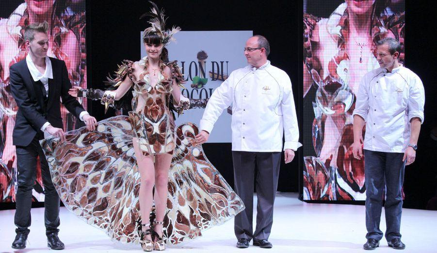 Pour ce modèle porté par Iulya, Benjamin Bout (Ben Brass) et la Chocolaterie de Puyricard se sont inspirés du phénix.