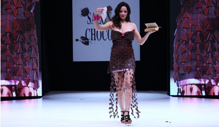Pour ouvrir le tableau consacré à l'Inde, Eliette Abécassis a porté un modèle de Sinoa Philippot, Baron Cocoa et Denis Vernaillen pour Concept Chocolate.