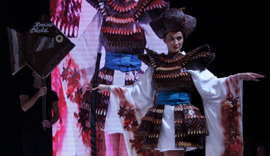 La candidate de TopChef, Yoaké San, était resplendissante dans sa robe faite avec le chocolat de Frédéric Cassel et d'après les croquis d'Audrey Lempeseur.