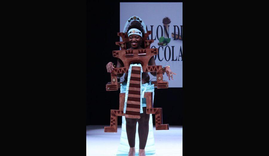 """L'humoriste Claudia Tagbo s'est prêtée au jeu dans une robe """"Ulua"""" dessinée par Clotilde Debure et Jacques Bellanger."""