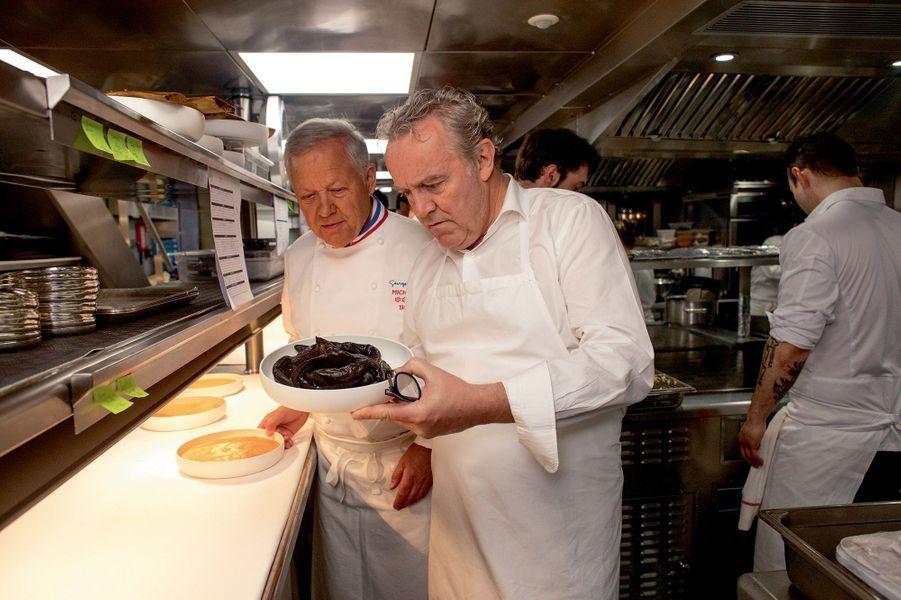 Georges Blanc et Alain Passard, étonnés devant le plat d'anguilles fumées du chef Alléno.