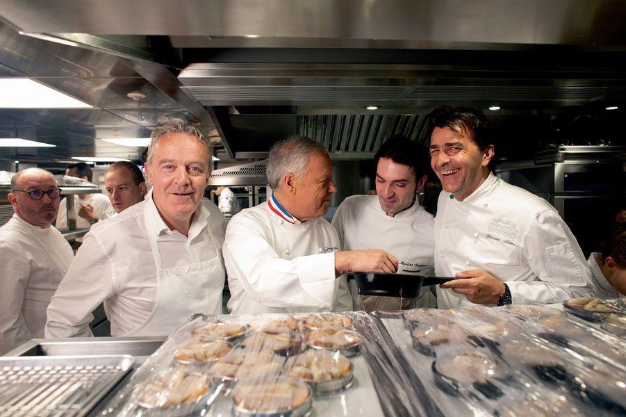 Tous curieux et joyeux : Alain Passard, Georges Blanc, Martino Ruggieri (chef de Yannick Alléno) et Yannick Alléno.