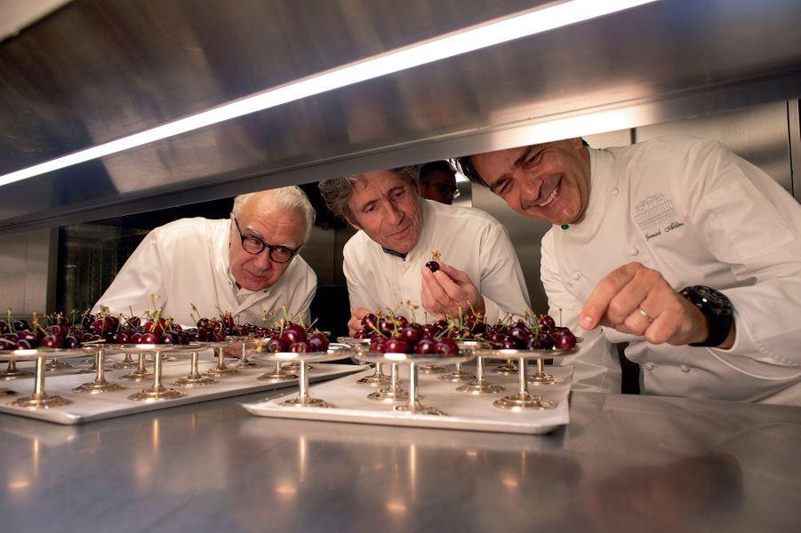 Les cerises d'Alain Ducasse (à gauche), trop tentantes pour Gérald Passedat et Yannick Alléno.