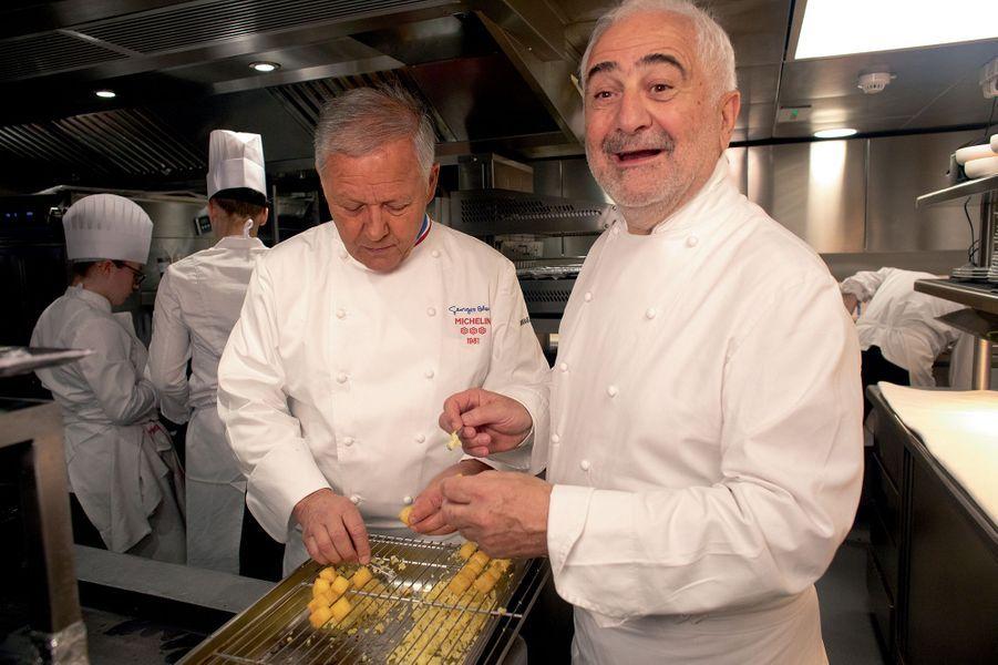 Georges Blanc et Guy Savoy : « Allez, on s'y met »… creuser les cubes de pommes de terre.